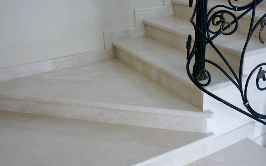 Лестница из мрамора Крема Марфил