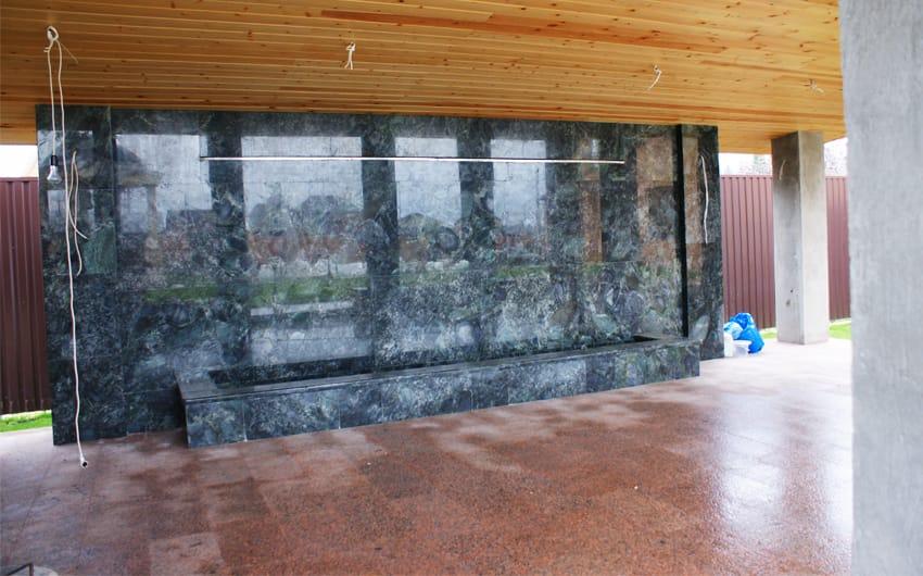 Стена из гранита Эмеральд Перл